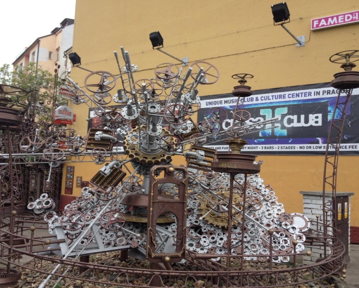 1.1398988800.clock-made-of-scrap-metal