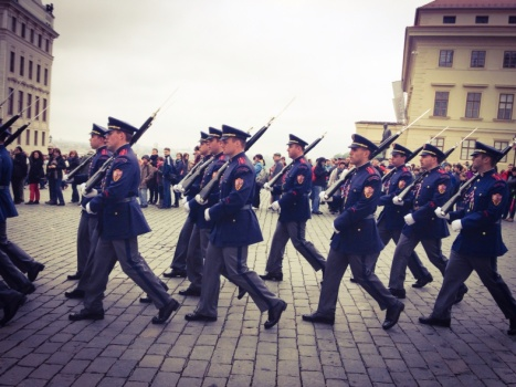 1.1398988800.guards-marching-the-palace